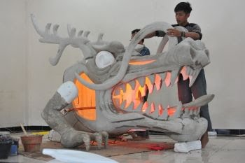 Sejumlah siswa mengerjakan rangka kepala naga yang akan digelar pada festival budaya sebagai rangkaian acara Gerhana Matahari Total (GMT) di bengkel SMK Negeri 7 Palembang, Sumatera Selatan, Kamis (25/2).